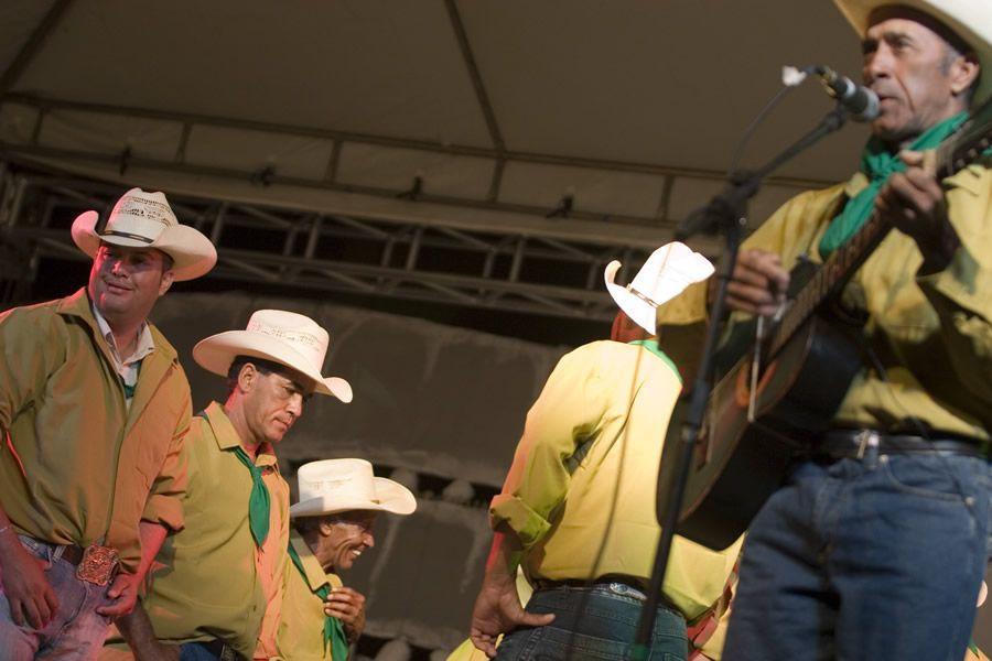 Catireiros de São João D'Aliança durante apresentação no IX Encontro de Culturas | Foto de Mazé Alves
